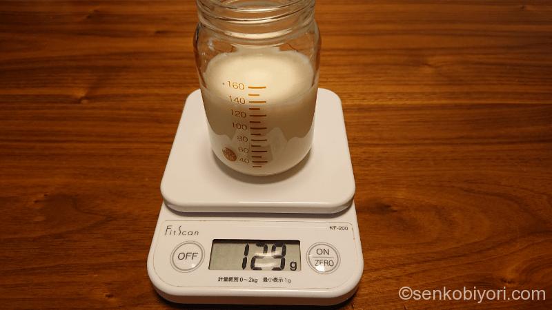 注ぎ終わった液体ミルクを計測