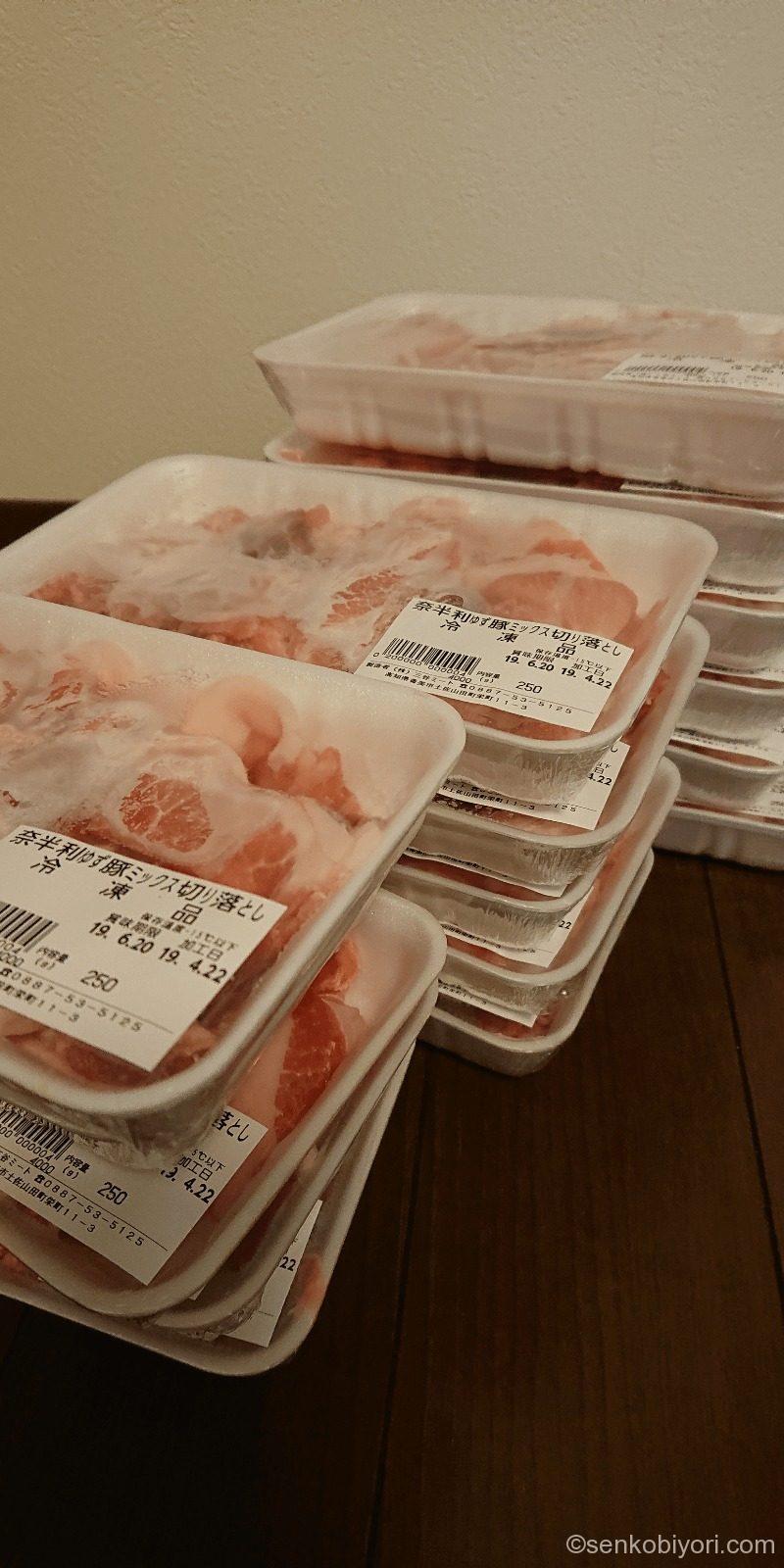 ダンボールから取り出した奈半利町の豚肉